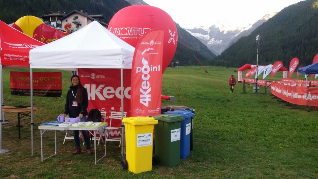 Lo stand 4Keco al village di Cogne presidiato da una volontaria